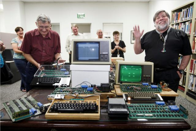 Steve Wozniak (đồng sáng lập Apple) bên cạnh chiếc Apple I và các máy Apple đầu tiên