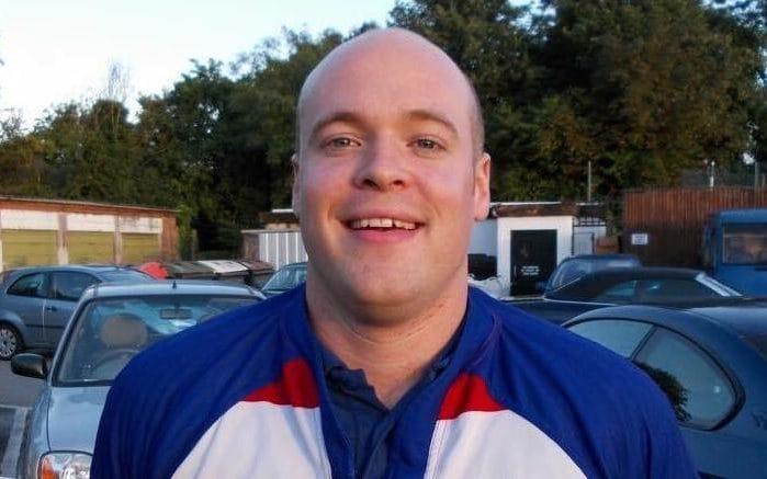 Ông Richard Bull, 32 tuổi đến từ Anh trở thành nạn nhân của việc vừa sạc điện thoại vừa sử dụng