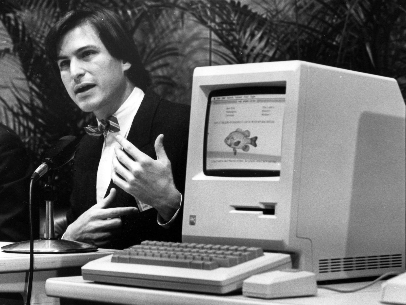 Steve Jobs bên cạnh chiếc máy Macintosh vào ngày 24 tháng 1 năm 1984