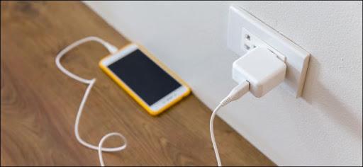 Không dùng iPhone những vẫn sạc có tốn điện?